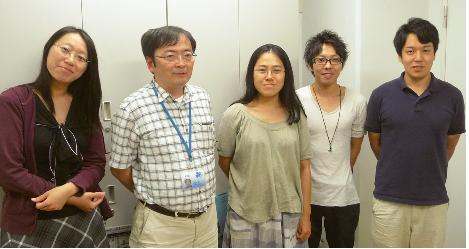 マイクロテック・ニチオン賞採択者の大室有紀氏(写真左から3 番目)、教授の上田宏氏(写真左から2 番目)と同じ研究グループの学生のみなさん