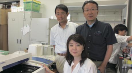 右が中野氏。真ん中は実験をした西田幸子さん。左は資源化学研究所教授の中村浩之氏。
